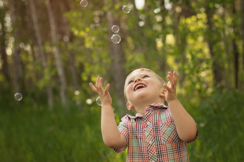 12c-winnipeg-childrens-photographer-boy-catching-bubbles