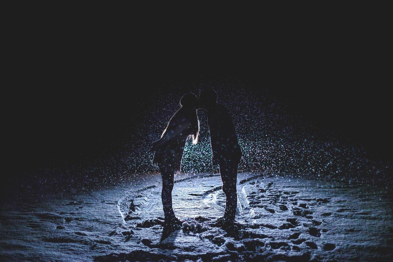 couple-kissing-1149677_1280 (1)